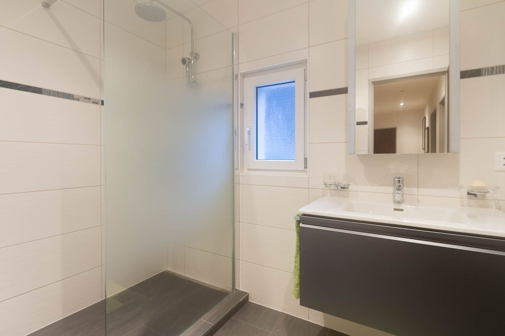 r novation d une salle de bain la neuveville. Black Bedroom Furniture Sets. Home Design Ideas